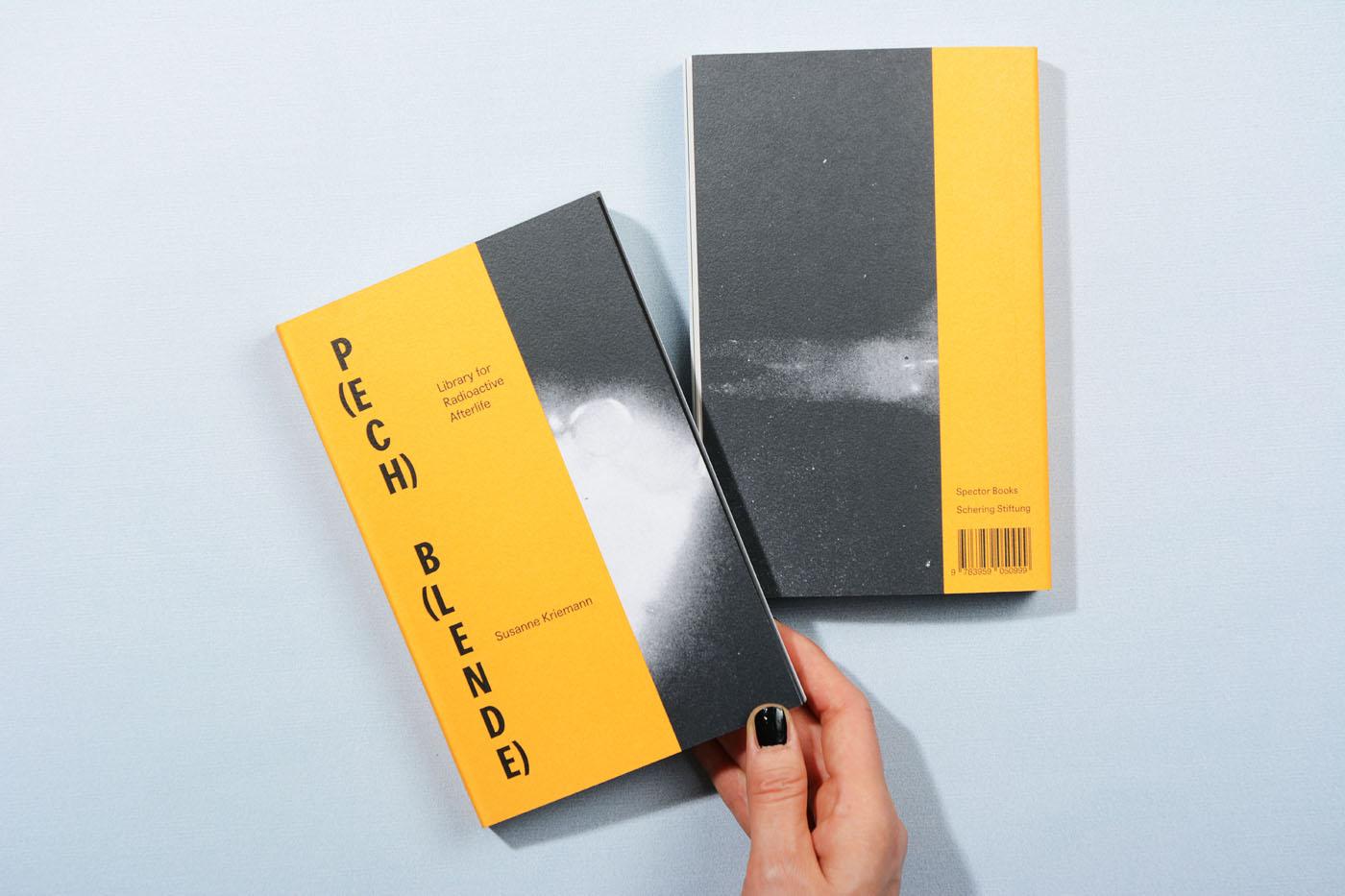 """Gestaltung des Künstlerbuches """"P(ECH) B(LENDE). Library for Radioactive Afterlife"""" von Susanne Kriemann"""