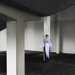 ALIENATION – Ein Gestaltungskonzept wie sich Entfremdung des Menschen in der heutigen Zeit auf die Mode transportieren lässt.